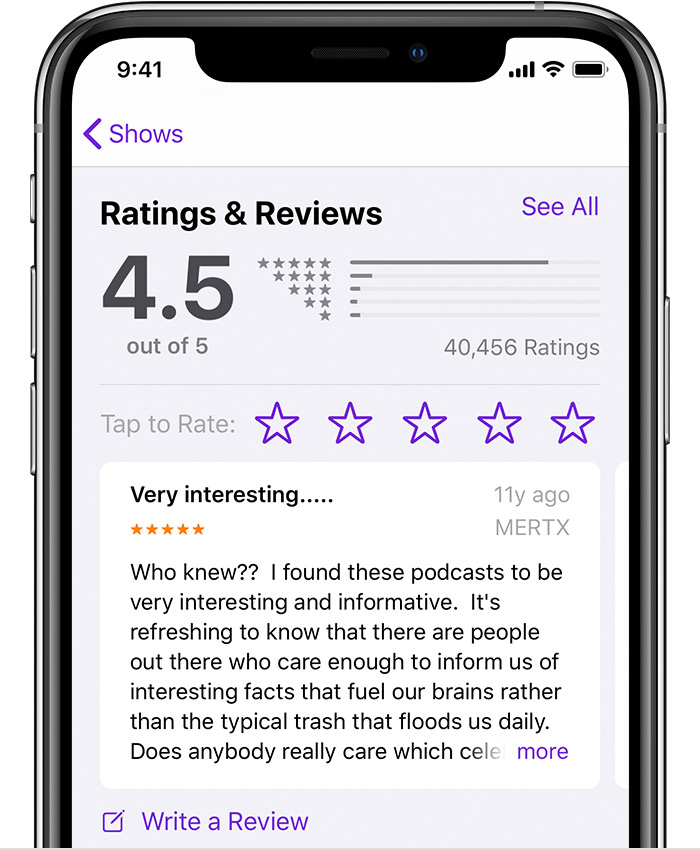 iPhone affichant la section Classements et avis de la page d'informations d'un podcast dans l'app Apple Podcasts