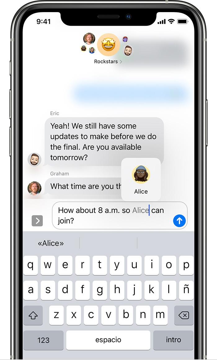 iPhone que muestra cómo enviar una mención en un mensaje de texto. Escribe @ seguido de su nombre.