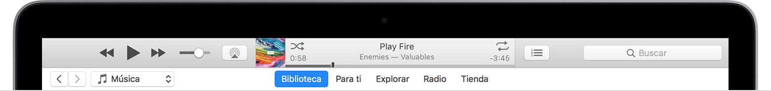 Parte superior de una MacBook con iTunes abierto.