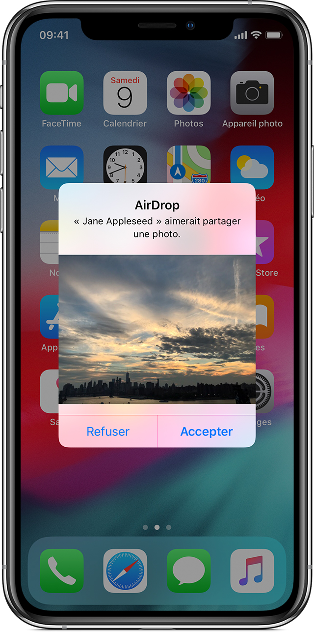 Écran d'iPhone affichant une demande d'acceptation ou de rejet d'une photo AirDrop