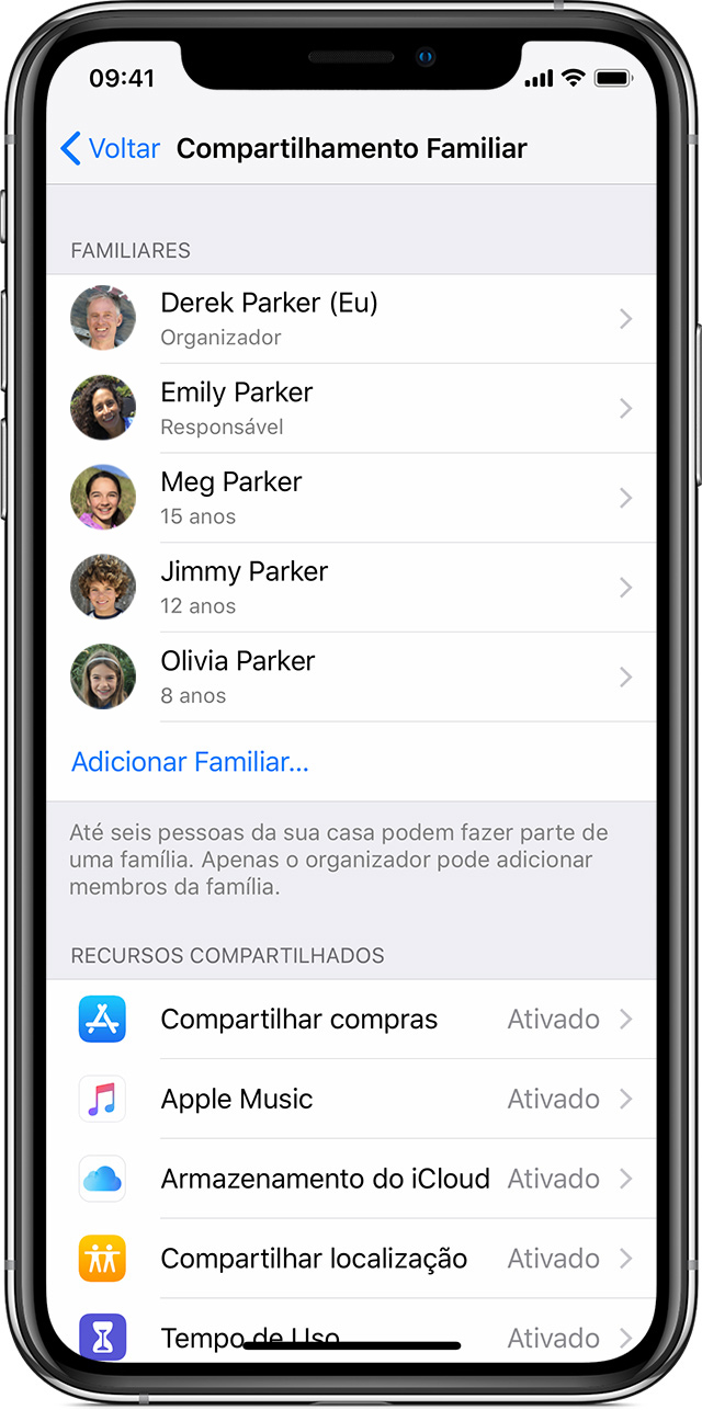 iPhone mostrando a tela Compartilhamento Familiar com Familiares